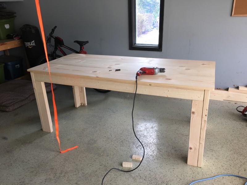 Era solo un noioso tavolo di legno prima che lui ci disegnasse ...