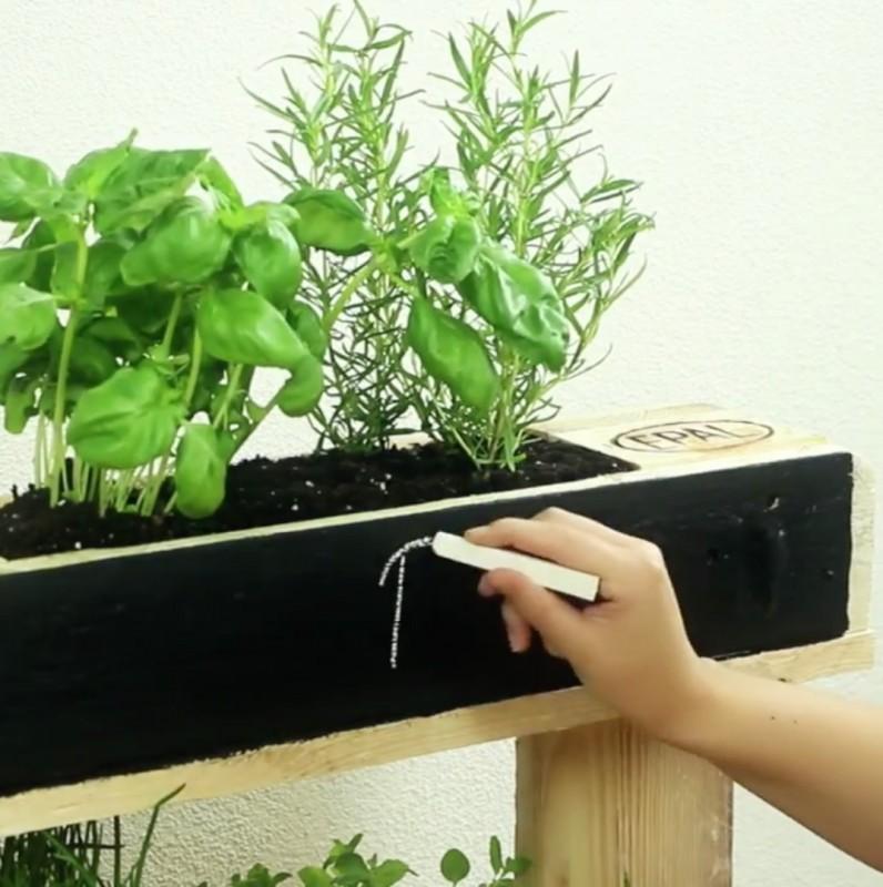 un giardino di erbe aromatiche fatto in casa unico e bellissimo. Black Bedroom Furniture Sets. Home Design Ideas