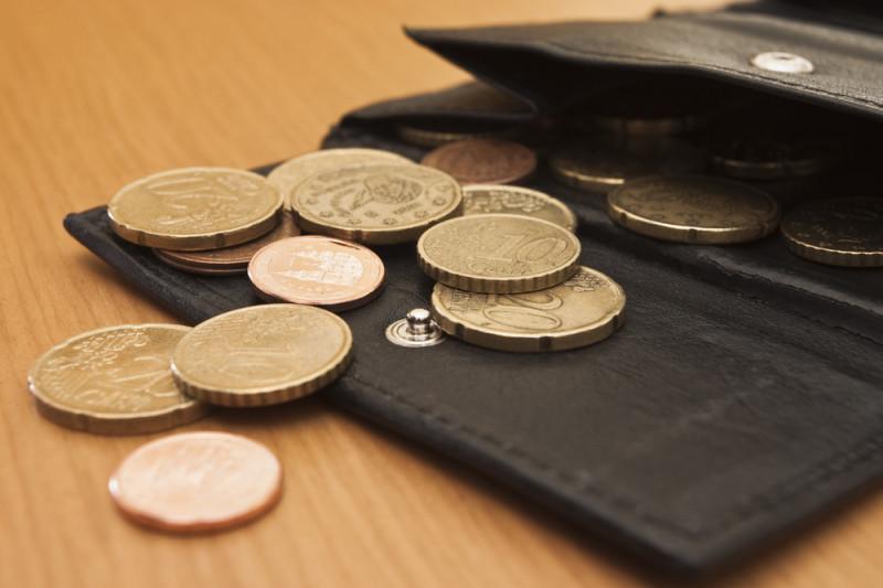 Monete che escono da un portafogli