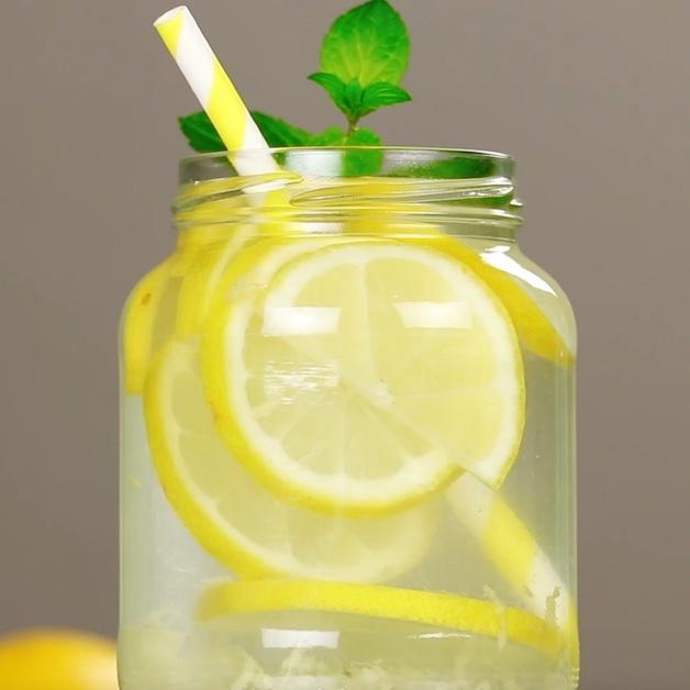 acqua di cetriolo con limone e chia per dimagrired