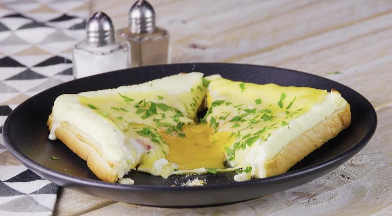 toast con uova al tegamino
