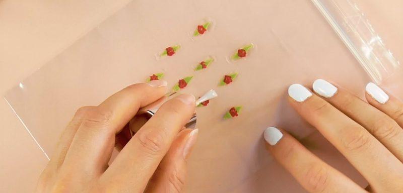 applicazione di top coat su decorazioni unghie