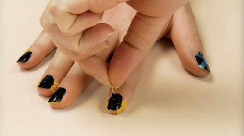 applicazione di smalto per unghie più scuro