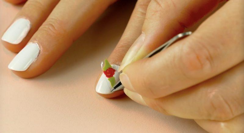 applicazione delle decorazioni unghie