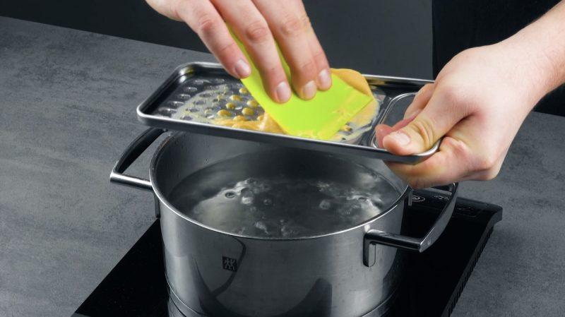 Gnocchetti di pasta all'uovo creati con la grattugia