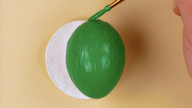 uova sode dipinte di verde