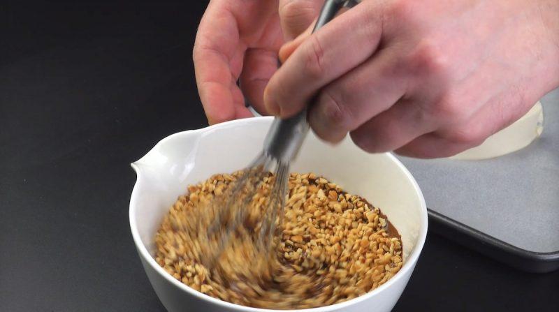 Cioccolato al latte fuso con granella di mandorle tritate