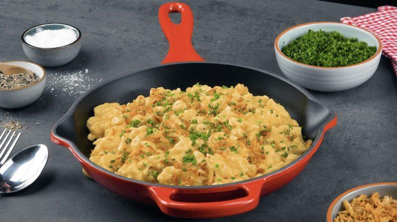ricetta spätzle con salsa al formaggio e cipolle fritte