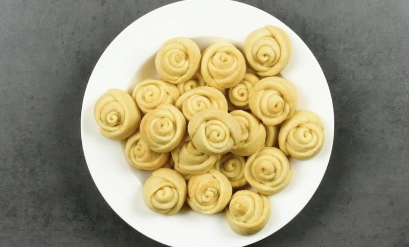 biscotti decorati a forma di roselline