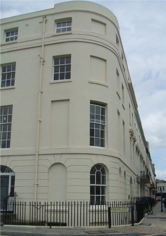 Edificio con finestre murate