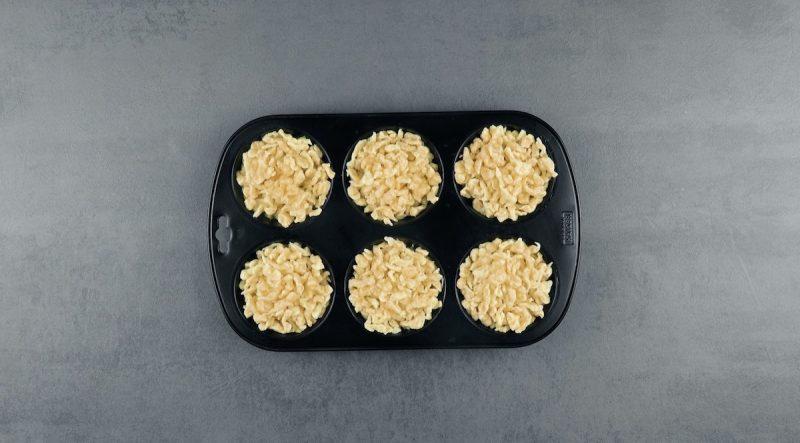 Spätzle negli scomparti dello stampo per muffin