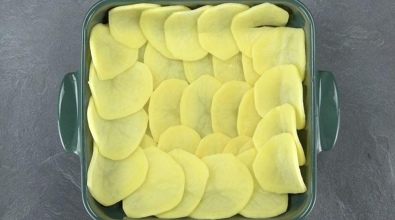 Fette di patate al forno in teglia