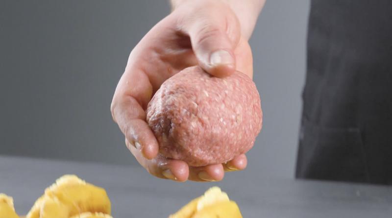 Patate al forno ripiene avvolte dalla carne macinata