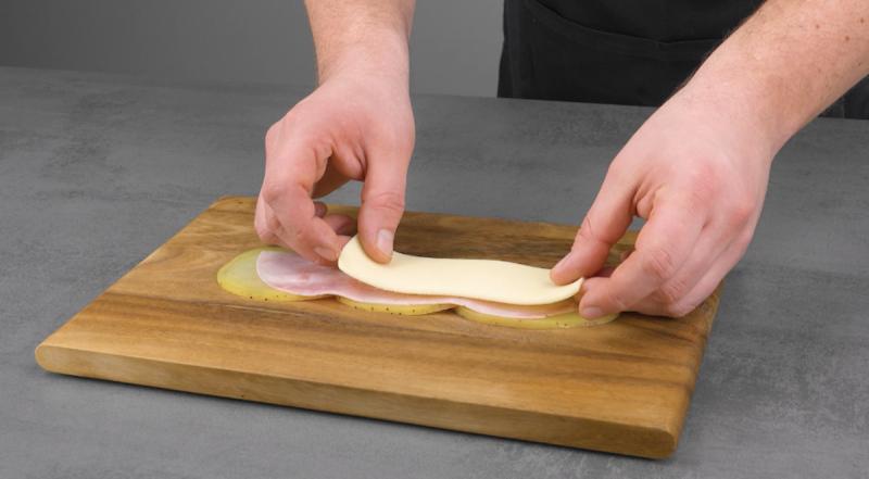 Prosciutto cotto e formaggio per gli involtini di patate