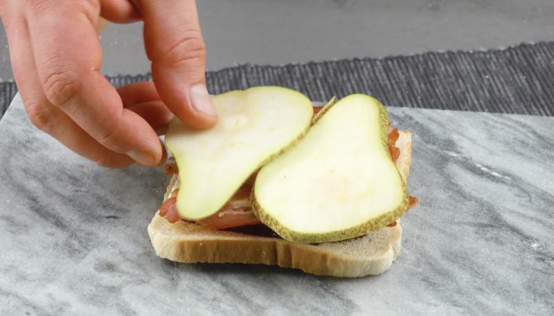 Pane in cassetta farcito con pera, pancetta tesa e brie