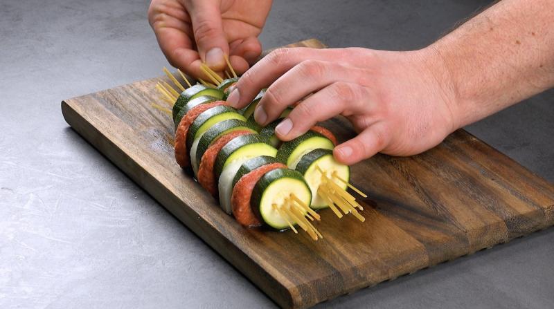 Linguine crude inserite nelle zucchine ripiene