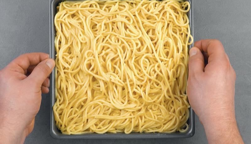Ultimo strato di spaghetti nella teglia