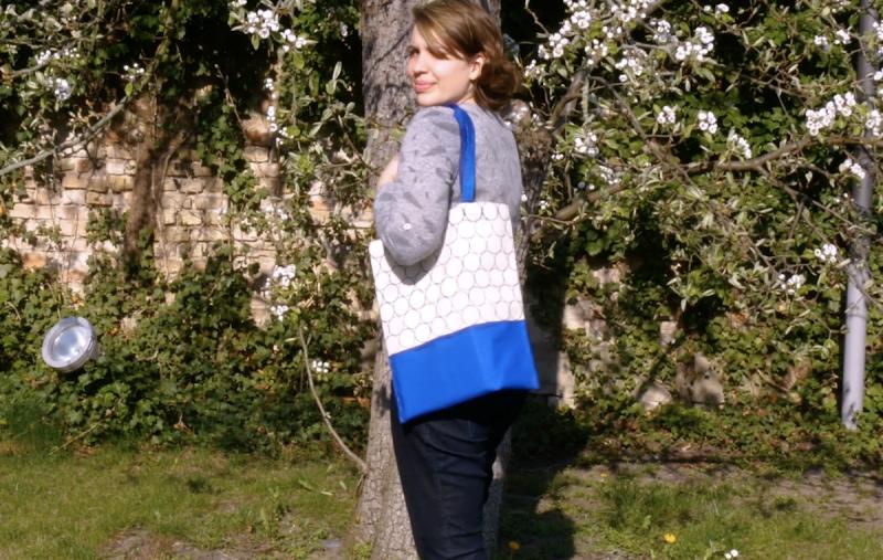 Ragazza in giardino con borsa fai da te