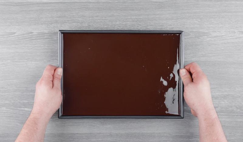 Strato di glassa al cioccolato nella teglia