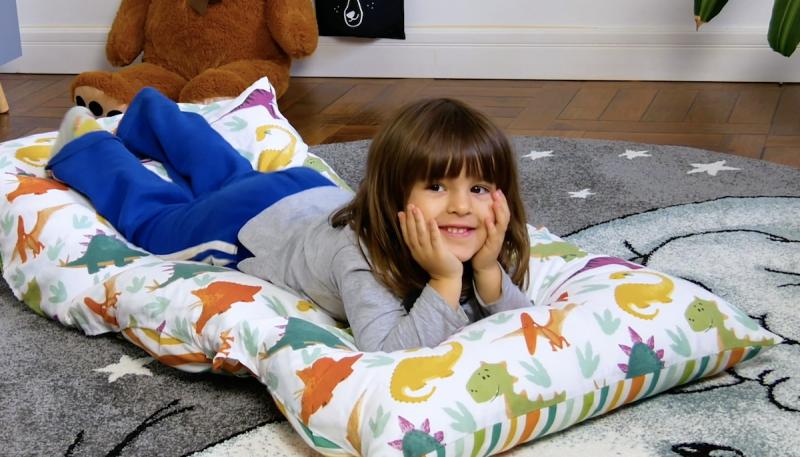 Bambina sdraiata su un materasso fai da te