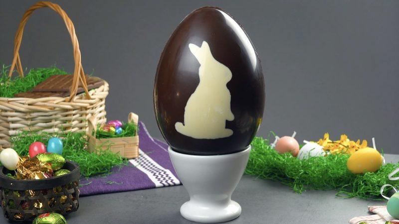 Uovo di Pasqua con coniglio pasquale e crema dolce