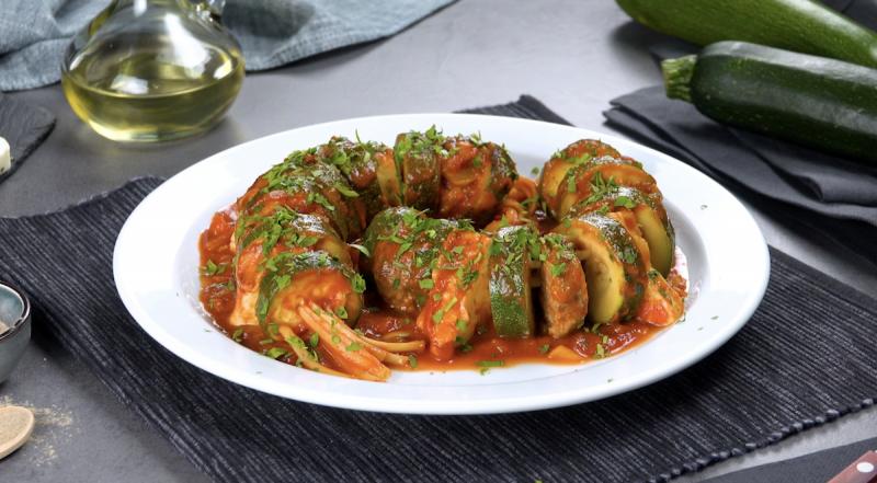 Spiedini di zucchine ripiene con carne macinata, formaggio greco e linguine