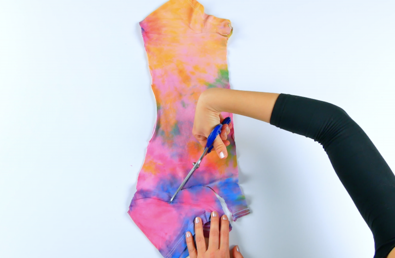 Taglio della manica della t-shirt