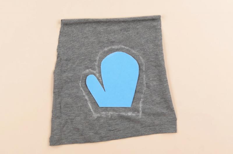Forma della mano del bambino di cartoncino appoggiata su tessuto