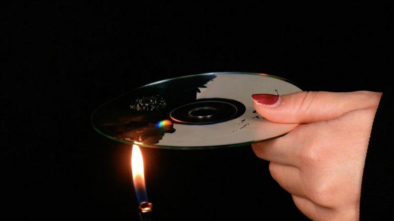 CD riscaldato con la fiamma dell'accendino