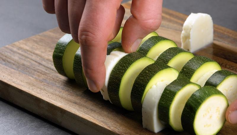 Formaggio greco Halloumi tra le fette di zucchine
