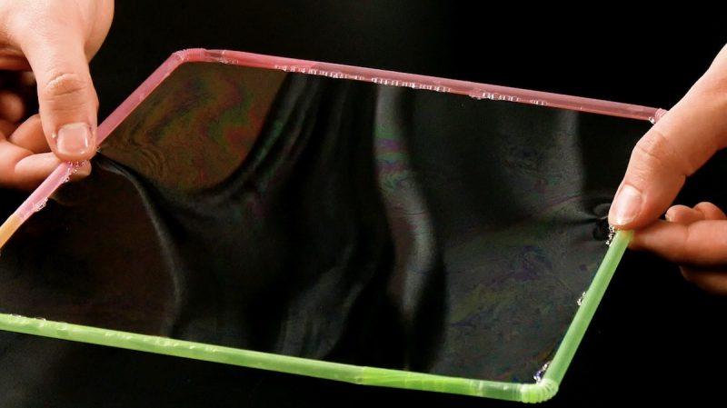 Cannucce di plastica immerse nell'acqua saponata