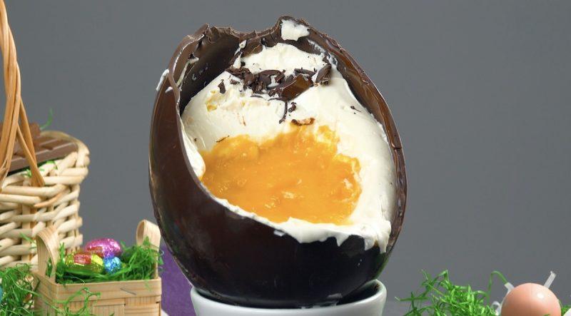 Uovo di cioccolato con crema dolce e purea di frutta