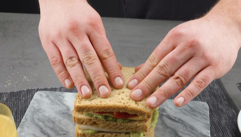 Impilare il toast con crema di avocado, fesa di tacchino e peperone rosso