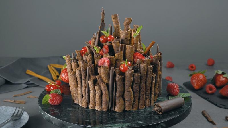 Torta meringata con mousse al cioccolato che sembra un bosco incantato