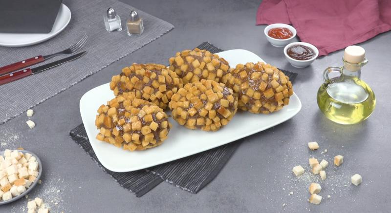 crocchette di patate avvolte da polpette di carne nei crostini di pane in cassetta