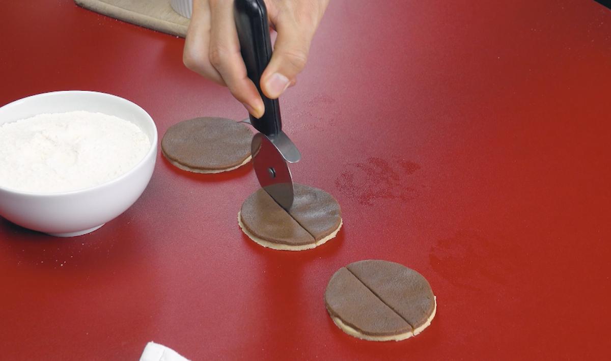 Cerchi di pasta frolla tagliati a metà