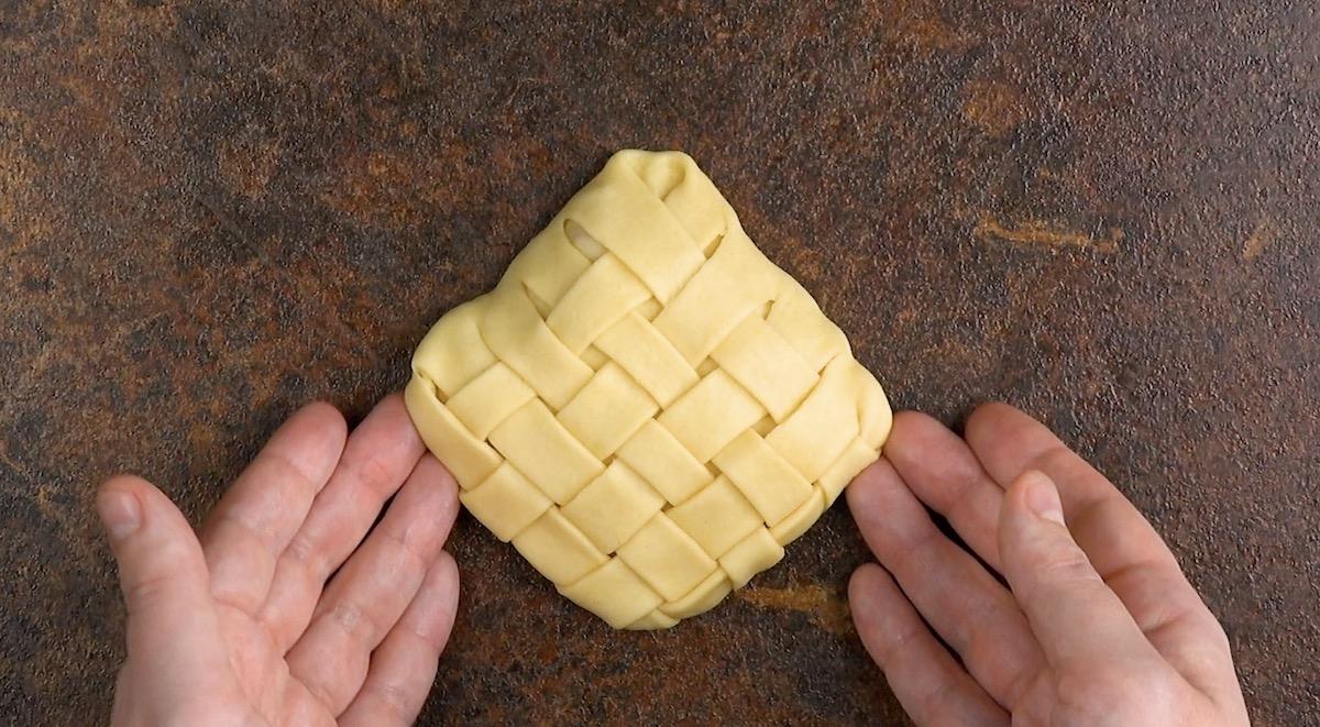 Fagottino ripieno di pasta lievitata intrecciata