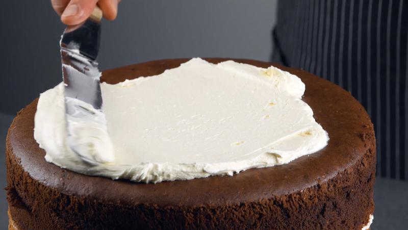 Crema al burro spalmata sulla torta al cioccolato