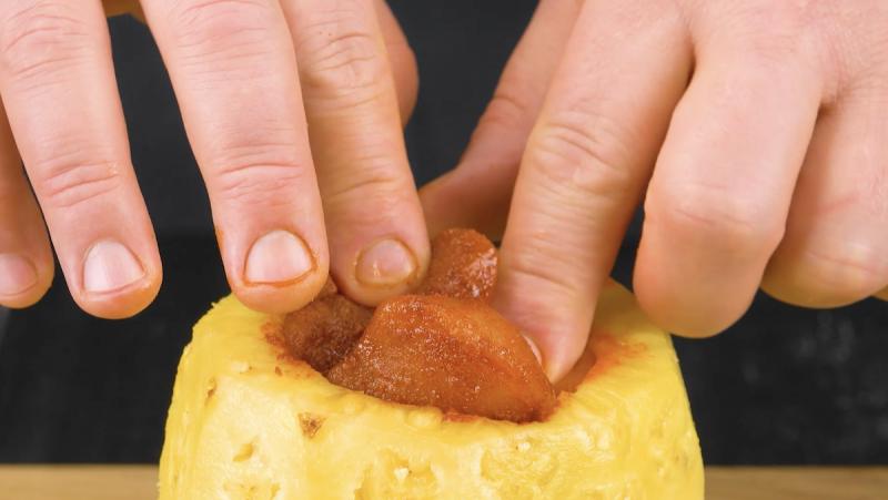Ananas ripieno di petto di pollo marinato