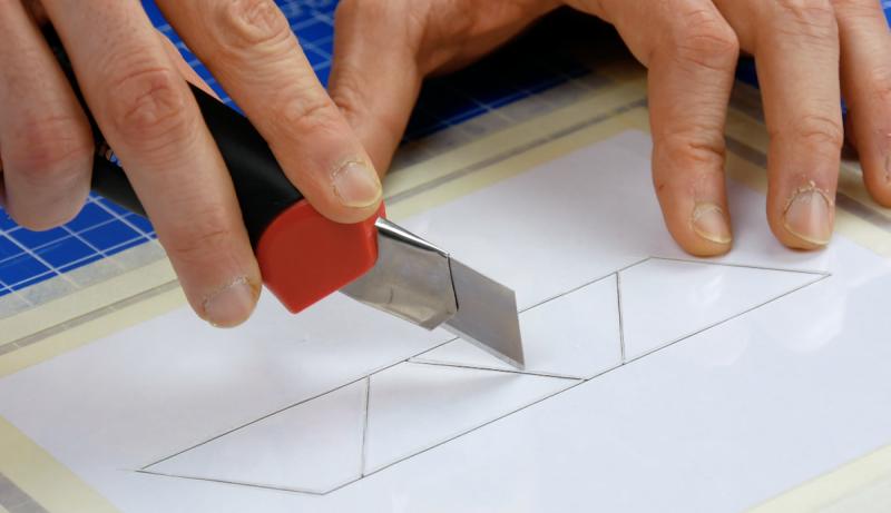Modello in plexiglas tagliato con il taglierino
