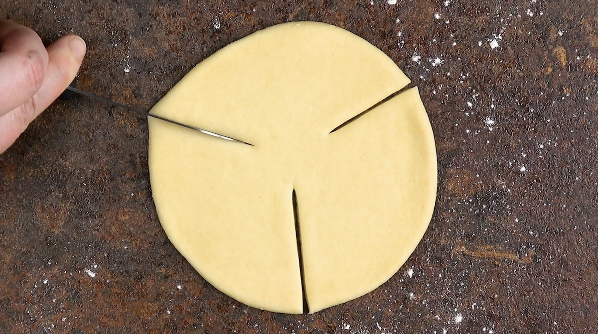 Cerchio di pasta lievitata con tre tagli