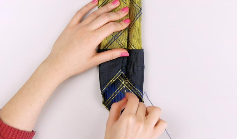 Cravatta ricucita per farla diventare custodia telefono