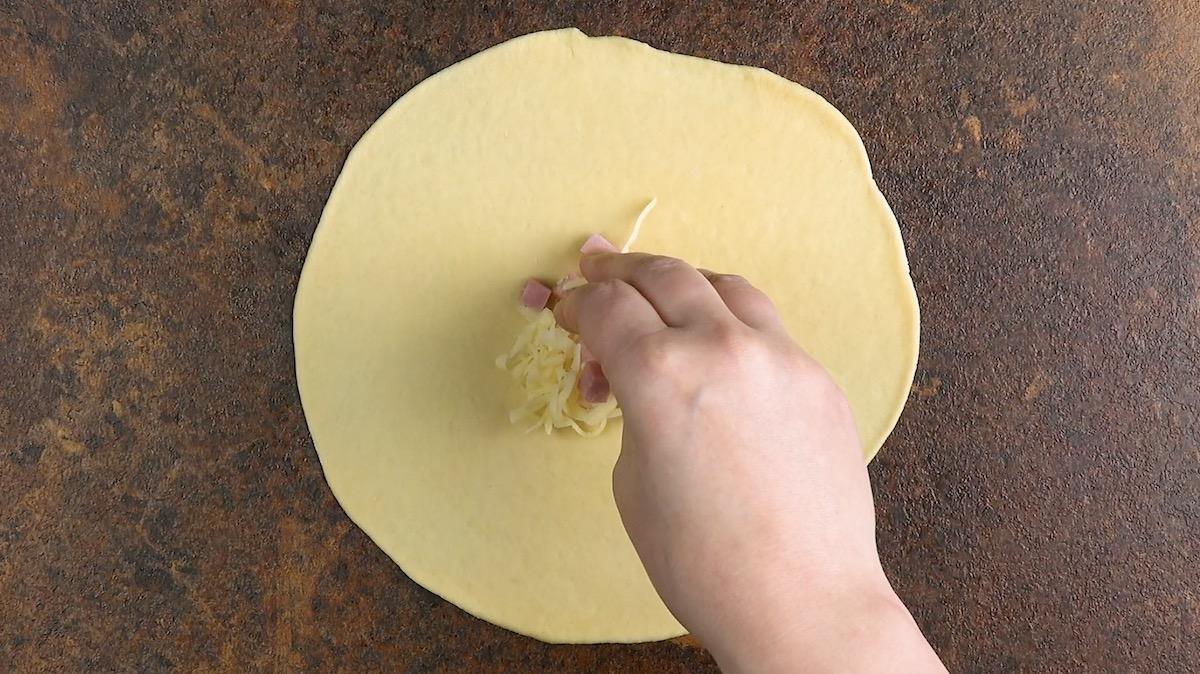 Cerchio di pasta lievitata con prosciutto e formaggio