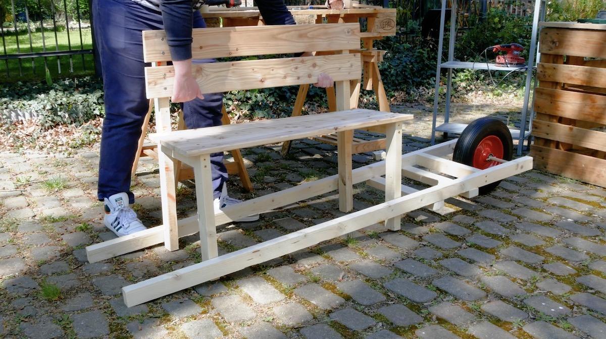 Fissaggio della panchina in legno sulla carriola fai da te