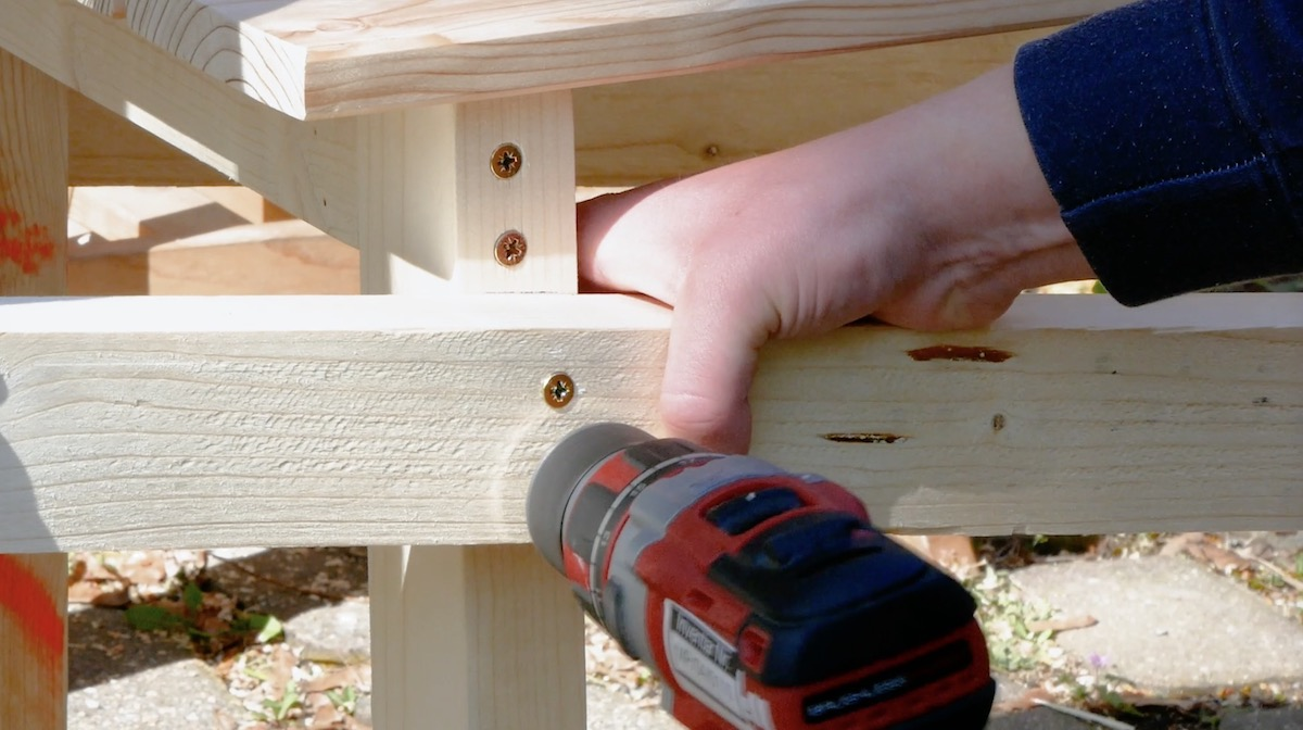 Fissaggio del telaio della panchina in legno sulla carriola