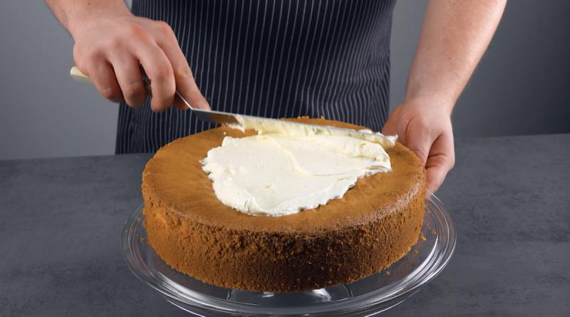 Crema al burro spalmata sulla torta