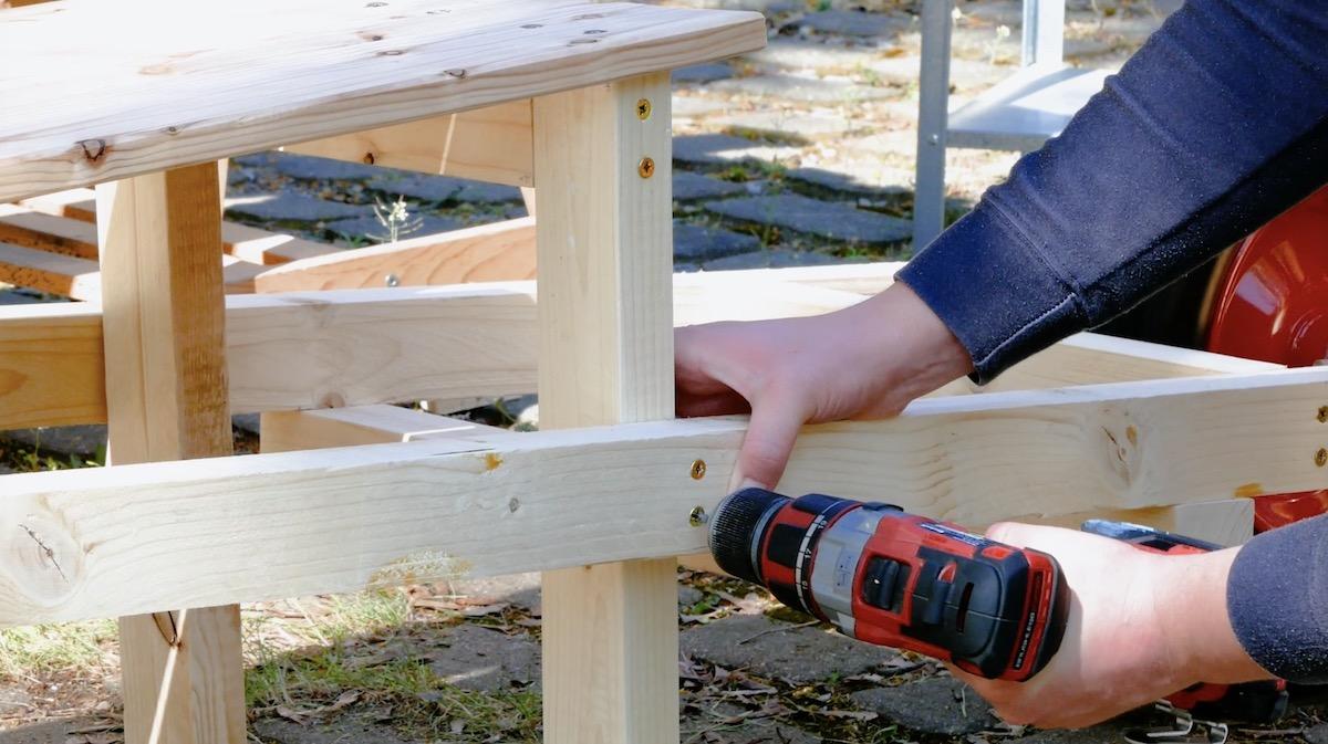 Fissaggio dei piedi della panchina in legno