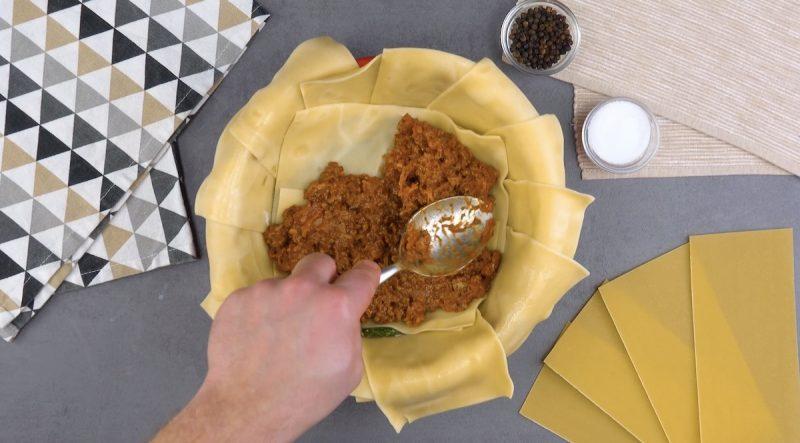 Ragu di carne sulla sfoglia per lasagne