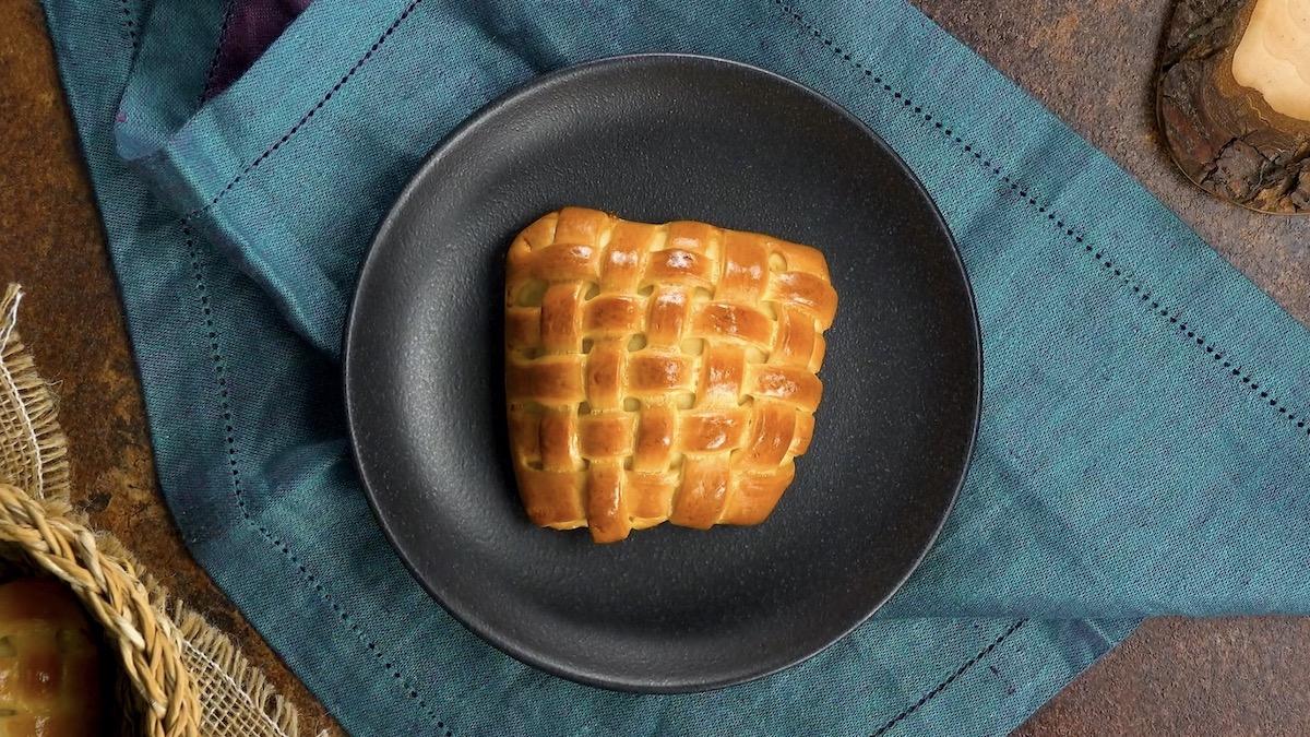 Fagottini ripieni di pasta lievitata intrecciata con prosciutto e formaggio