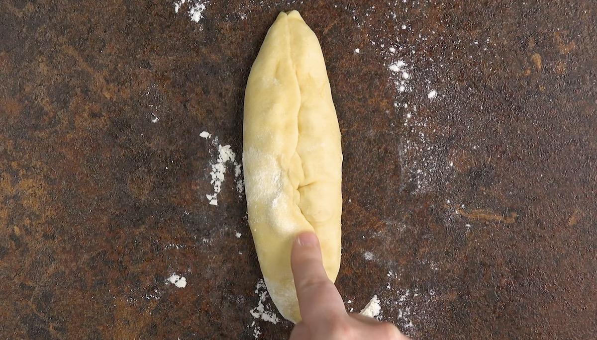 Pasta lievitata ripiena di mele e cannella